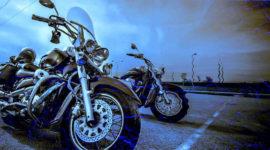 Duas motocicletas de grande cilindrada estacionadas.