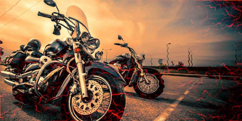 Duas motos paradas na estrada sob o sol.